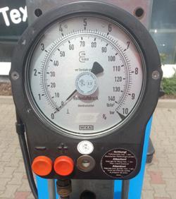 Reifendruck-Füllgerät an der Tankstelle