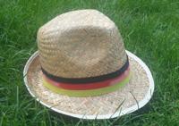 Gern genommen der Strohhut als Sonnenschutz